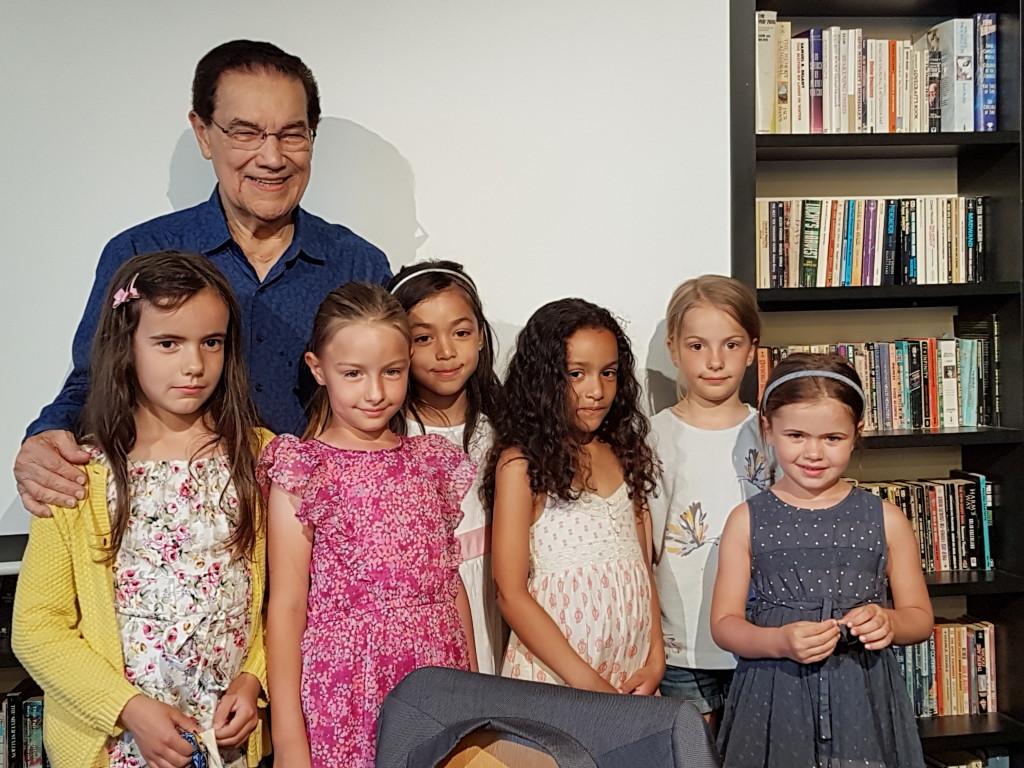 Divaldo fikk gave fra barna from MEIMEI gruppe, GEEAKs studiegruppe for barn og familie.